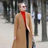 Elle Fanning genießt die Pariser Luft während der Fashion Weekbeim Spaziergang durch die Tuilerien.