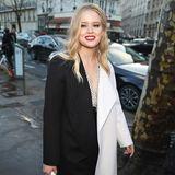 Sonst sieht man Ava Phillippe meist zusammen mit ihrer Mutter Reese Witherspoon. Die Valentino-Show während der Pariser Fashion Week besucht die 18-Jährige aber diesmal ganz allein. Im stylischen, schwarz-weißen Outfit sieht sie dabei auch schon richtig erwachsen aus.