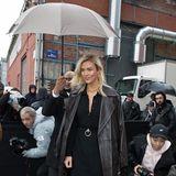 Karlie Kloss macht sich trotz Pariser Regen, aber gut beschützt auf den Weg zur Show von Balenciaga.