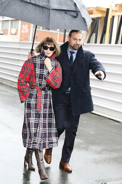 Auch Vogue-Chefin Anna Wintour lässt sich vom Regen nicht davon abhalten, die neue Balenciaga-Kollektion zu begutachten.