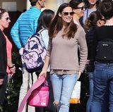 Am Morgen nach der Oscar-Verleihung setzt Jennifer Garner auf Family First und verbringt den Tag mit ihren Kindern in einem legeren Outfit. Während sie am Vorabend noch in einer großen Robe glänzte, trägt sie nun Jeans, Pullover und Sneaker.