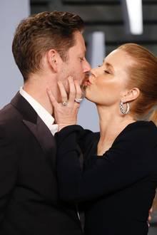 Leidenschaftliche Küsse auf dem roten Teppich. Amy Adams küsst ihren Mann Darren Le Gallo.