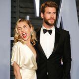 Miley Cyrus ist in Flirtlaune. Gemeinsam mit ihrem Freund, dem australischen Schauspieler Liam Hemsworth erscheint die ausgeflippte Sängerin auf der Vanity-Fair Oscar Party.