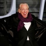 Donald Sutherland ist zum Scherzen zumute. Der Schauspieler zieht auf dem roten Teppich der beliebten Vanity Fair Party scherzhafte Grimassen.