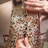 Anpassung des Reißverschlusses am Rücken des Kleides.