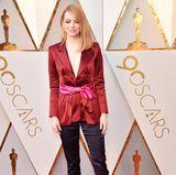 Emma Stones, 29, Outfit sorgte für überraschte Gesichter: Anstatt für ein elegantes Abendkleid entschied sich die Oscar-Preisträgerin für einen Hosenanzug aus Seide. Für farbliche Akzente sorgte der rote Blazer, der mit einer pinken Schleife in der Taille Stones Figur betonte. Das Outfit stammt vollständig aus dem Hause Louis Vuitton.