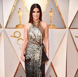 Auch Sandra Bullock, 53, erschien zu den diesjährigen Oscars in Louis Vuitton. Anders als ihre Schauspielkollegin Emma Stone setzte sie auf Altbewährtes und lief in einem fast vollständig mit Pailletten besetzten Abendkleid über den roten Teppich.