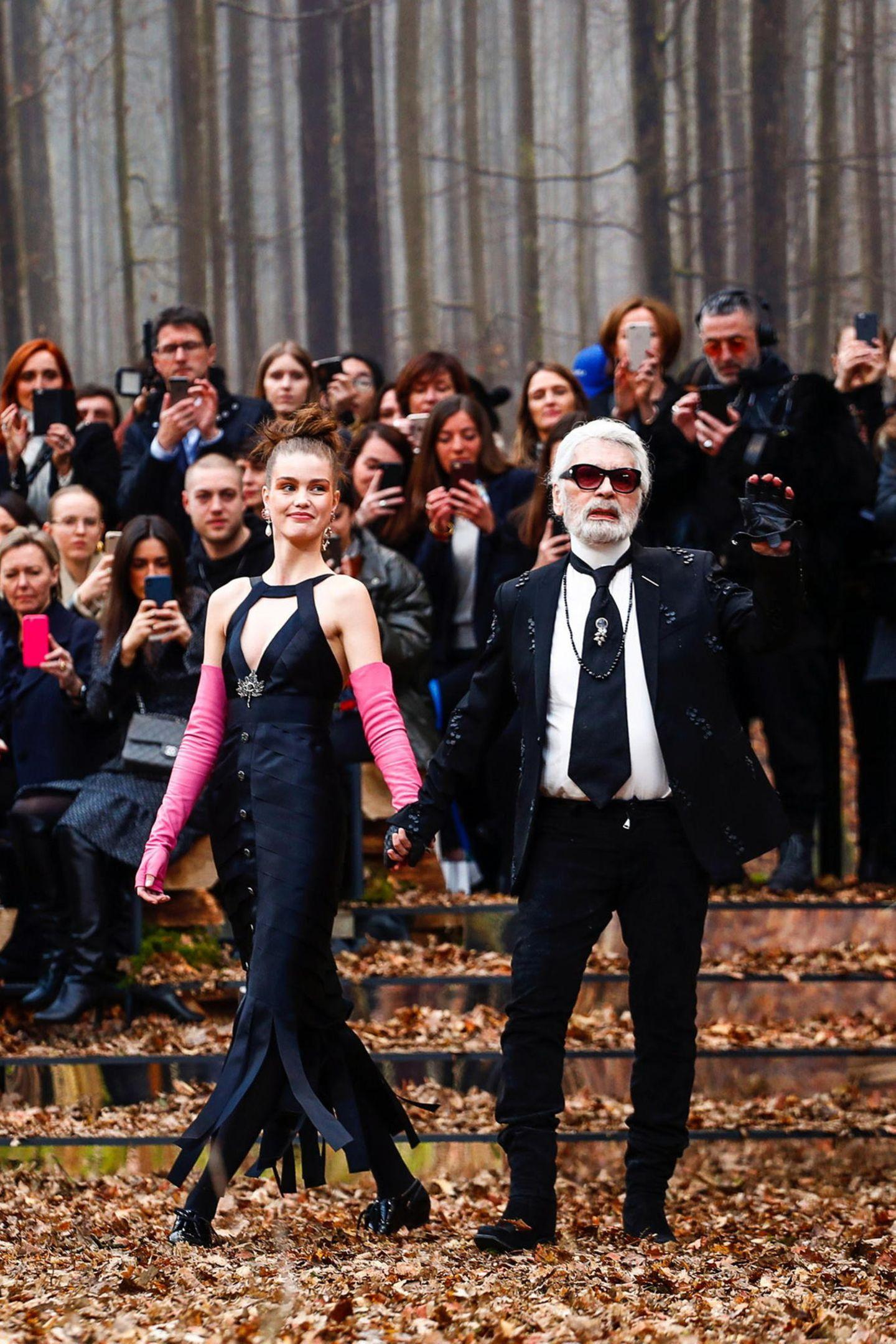 Karl Lagerfeld hat sich für seine waldige Show passenderweise noch nicht von seinem Holzfäller-Bart getrennt.