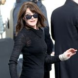Einmal noch umdrehen für die Fotografen, dann geht's für Carla Bruni-Sarkozy zur Chanel-Show ins Grand Palais.