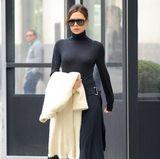 Komplett schwarz, sehr hochgeschlossen und trotzdem sexy - Victoria Beckham muss nicht viel Haut zeigen, um mit ihrer Weiblichkeit zu spielen.