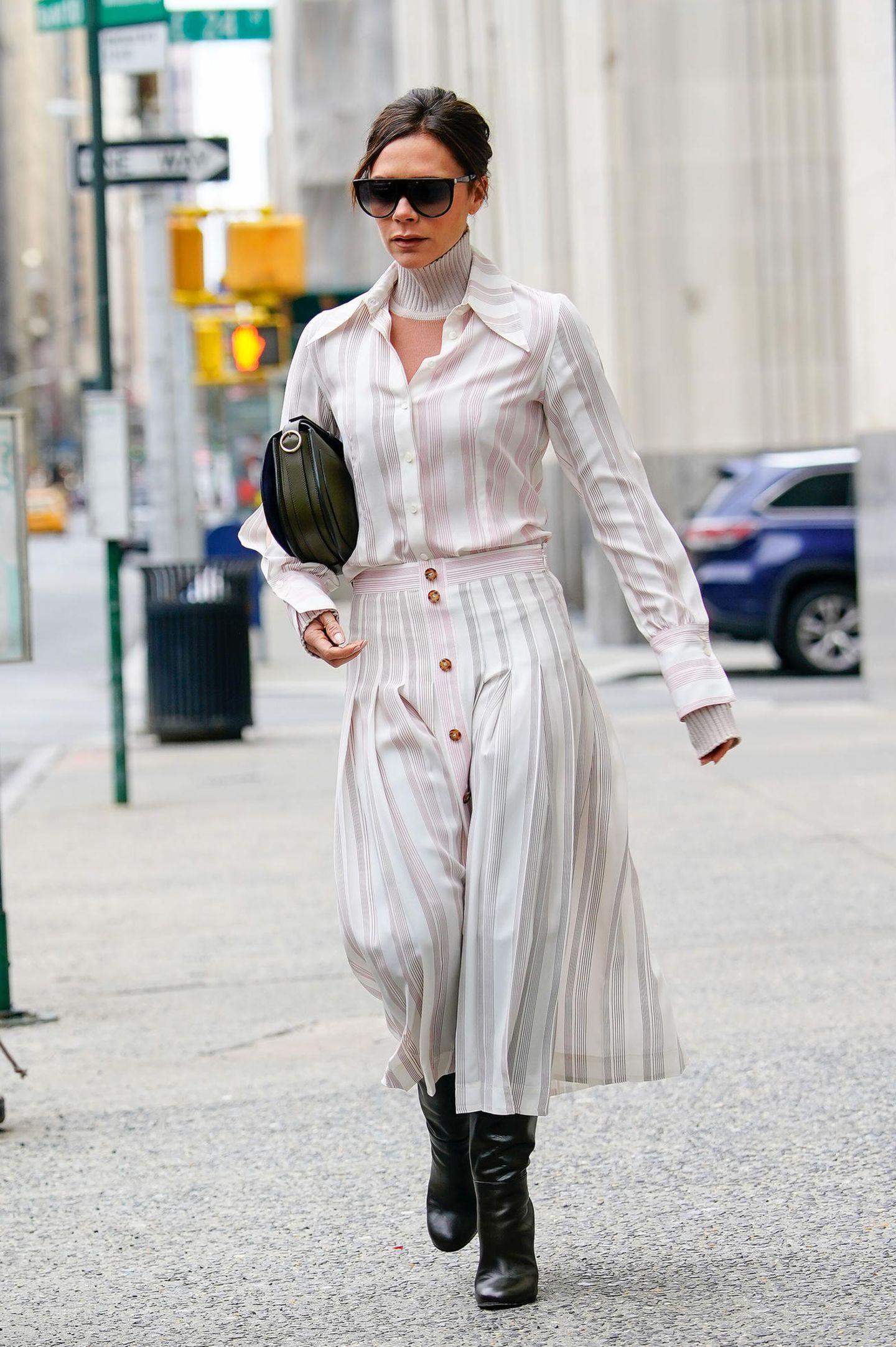 In einem zarten Ensemble läutet Victoria Beckham den Mode-Frühling ein. Dazu passt auch der leichte Stoff, aus dem ihre Kombination gefertigt wurde.