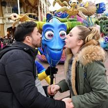 """Küsschen! Leonard und Caona teilen ihre Freude über ihre groooße Liebe mit """"Findet Nemo""""-Paletten-Doktorfisch Dori. Das normale Volk darf der lustigen Kuss-Aktion hinter einem Absperrband zusehen."""