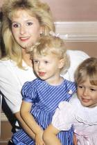 Paris + Nicky Hilton  Dieses süße Familienfoto aus Kindertagen mit Mama Kathy Hilton und Schwester Nicky postet Paris Hilton auf ihrem Instagram-Account.