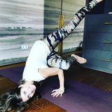 Namaste! Das sieht aber ganz schön professionell aus. Cathy Hummels präsentiert auf ihrem Instagram-Account ihre Yogakünste.