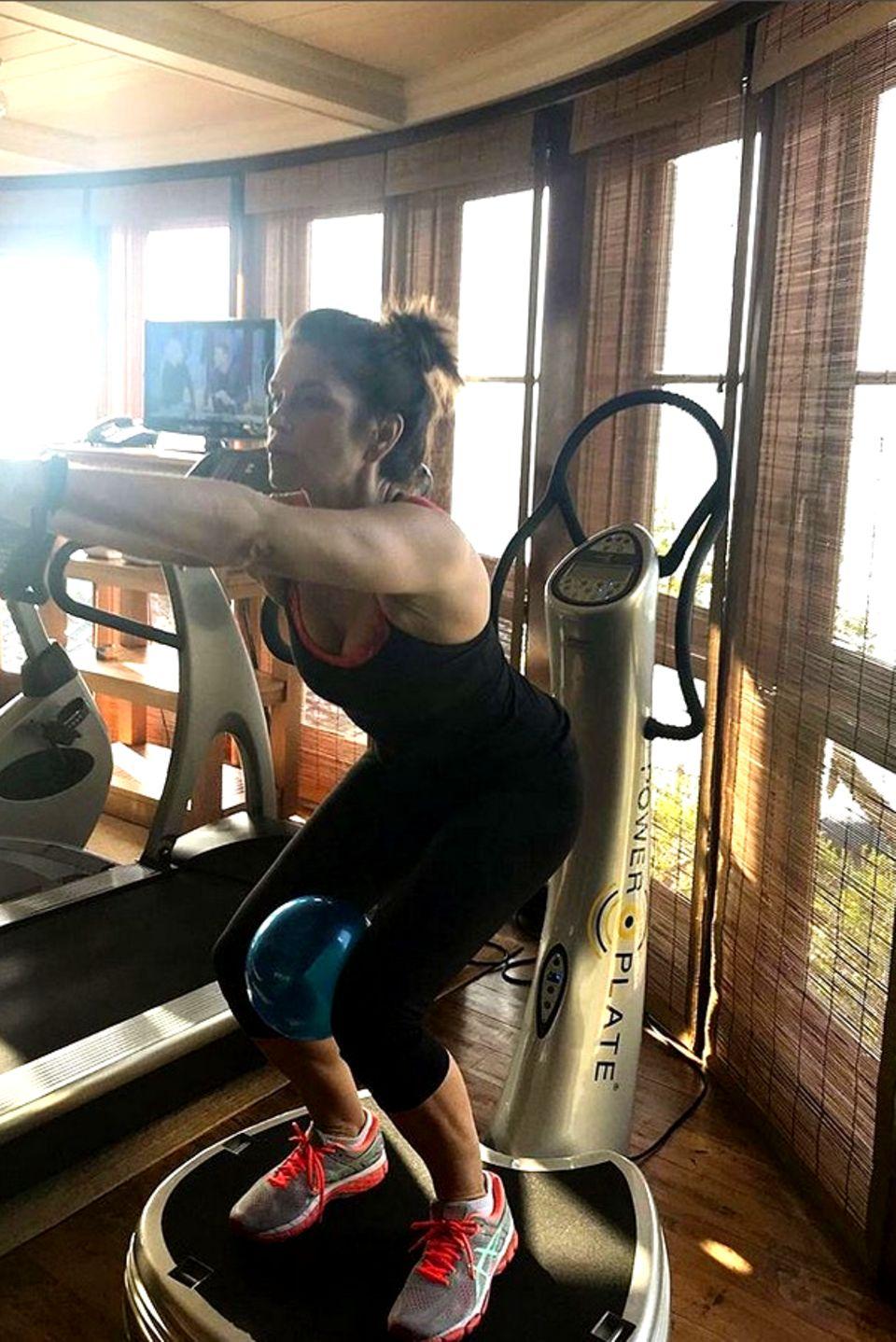 Model-Ikone Cindy Crawford hält sich auf einer Power Plate fit.