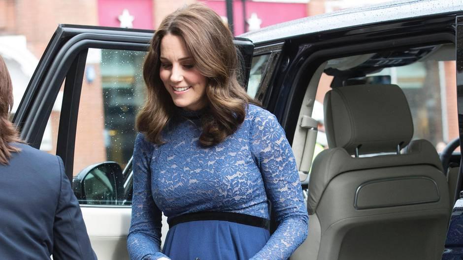 Für ihren letzten Solo-Termin vor der Babypause wählt Herzogin Catherine ein blaues Kleid mit Spitzen-Details, welches uns verdächtig bekannt vorkommt.