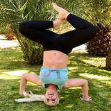 """Auch die """"Katze"""", Daniela Katzenberger hält sich mit Yoga fit. Zumindest versucht es die quirlige Blondine. Lustig schaut es in jedem Fall aus."""