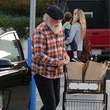 Erkennen Sie diesen Hollywood-Star im karierten Hemd beim Shoppen? Richtig, es ist Nick Nolte, der in aller Ruhe seine Supermarkt-Einkäufe ins Auto lädt.