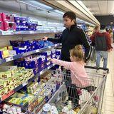 Da Papa, den pinken Joghurt möchte ich. Lucas Cordalis ist mit Töchterchen Sophia im Supermarkt einkaufen. Die Kleine weiß jetzt schon sehr genau, was sie will.