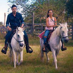 Samira (l.) und Kristina (r.) dürfen sich freuen, mit Daniel durch die Weiten Texas' zu reiten.