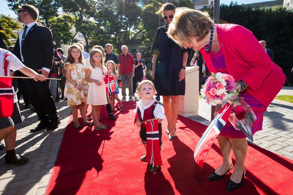 7. März 2018   Ein schöner Empfang: Königin Sonja und König Harald von Norwegen besuchen des neu restaurierten Plaza de Noruega in Buenos Aires. Besonders der kleine Lars Kristensen hat es der Königin angetan. Sie beugt sich zu ihm und begrüßt ihn, während der süße Zwerg sie anhimmelt.