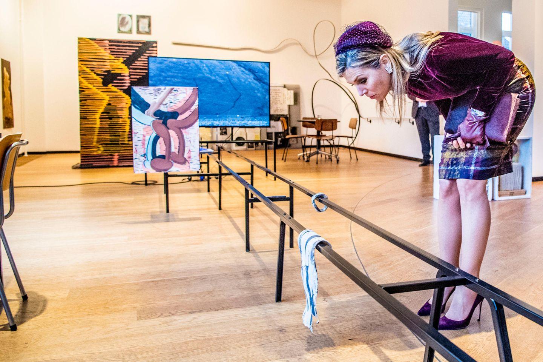 """7. März 2018  Besuch in der Kunstschule """"Jan van Eyck Academie"""" in Maastricht: Königin Máxima schaut ganz genau hin."""