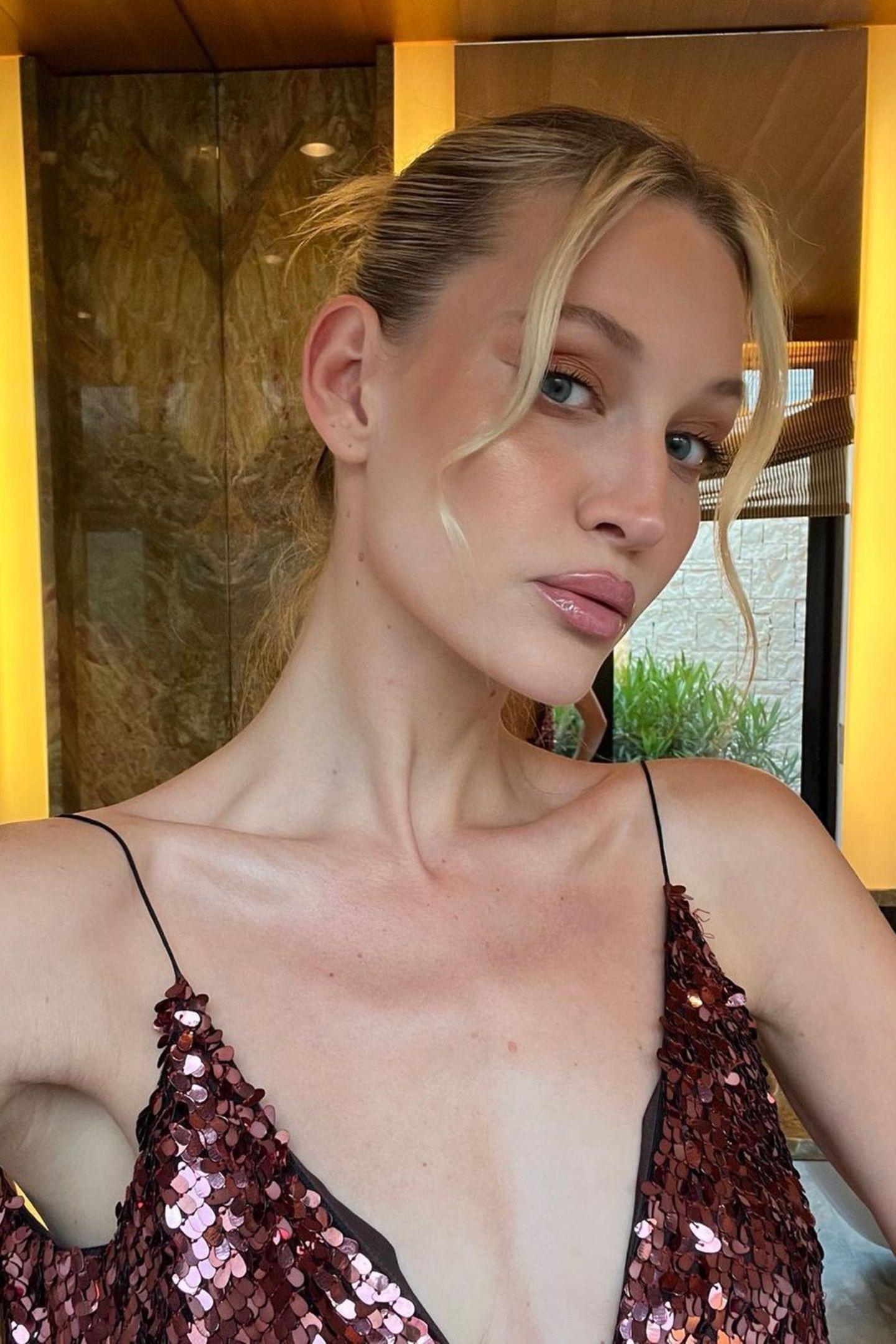 Neun Jahre später ist Mandy Bork kaum wiederzuerkennen. Aus der Schülerin mit blondem Wallehaar ist eine junge Frau mit viel Stil und wesentlich erwachsenerem Gesicht geworden. Außerdem scheint sie mehr und mehr zu ihrer Naturhaarfarbe zurückzukehren.