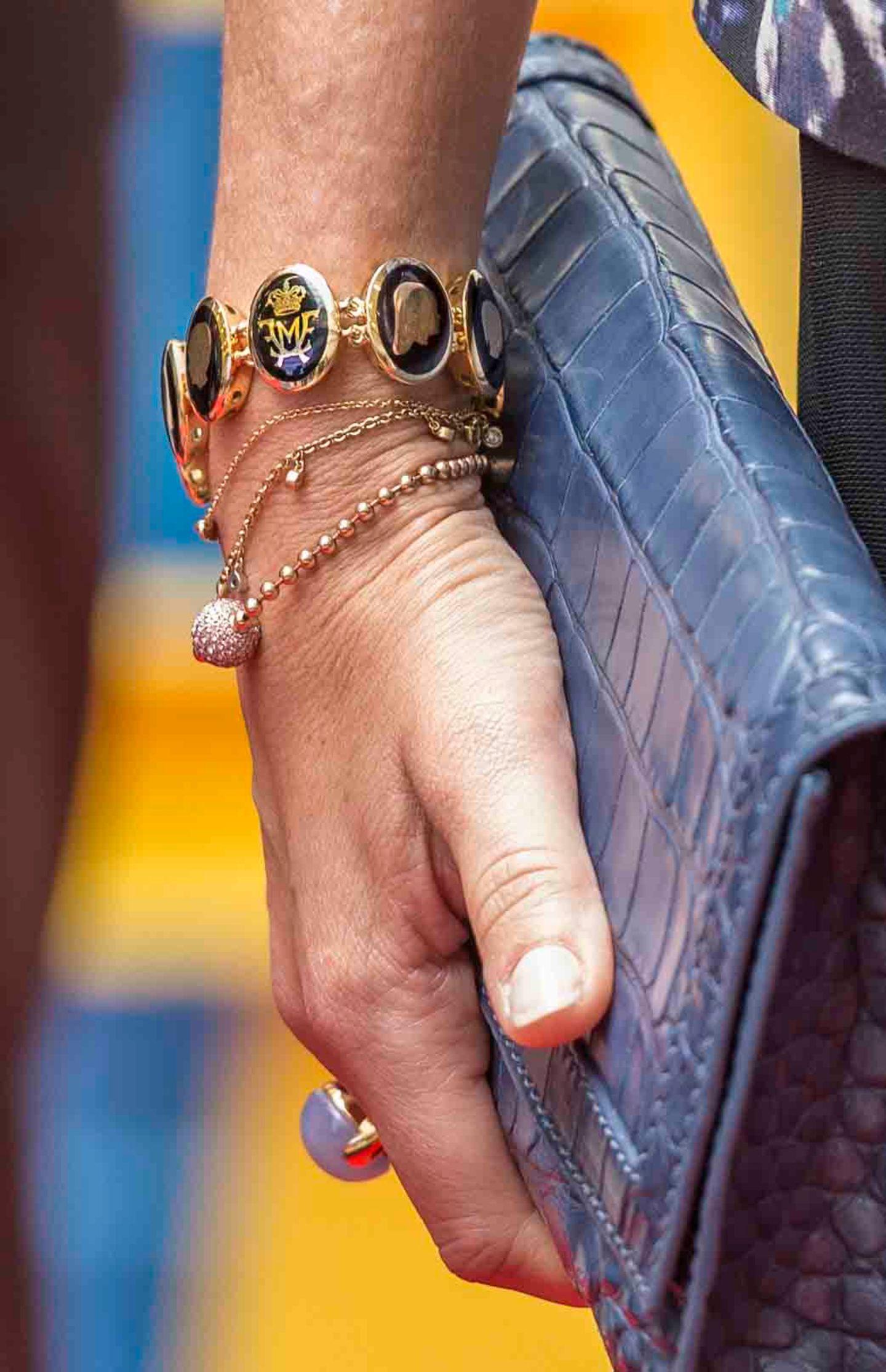 Denn Marys Armband ist ein Symbol für ihr Liebes- und Familienglück: es trägt die Porträts ihrer Familie sowie das persönliche Monogramm der Prinzessin und ihres Mannes Frederik, das zu ihrer Hochzeit entworfen wurde.