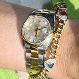 Das goldene Armband mit den Herzen, dem Symbol der Liebe, trägt Königin Mathilde fast immer. Sie und ihr Mann König Philippe haben fünf Kinder, also hat das Armband auch genau fünf Herzen.