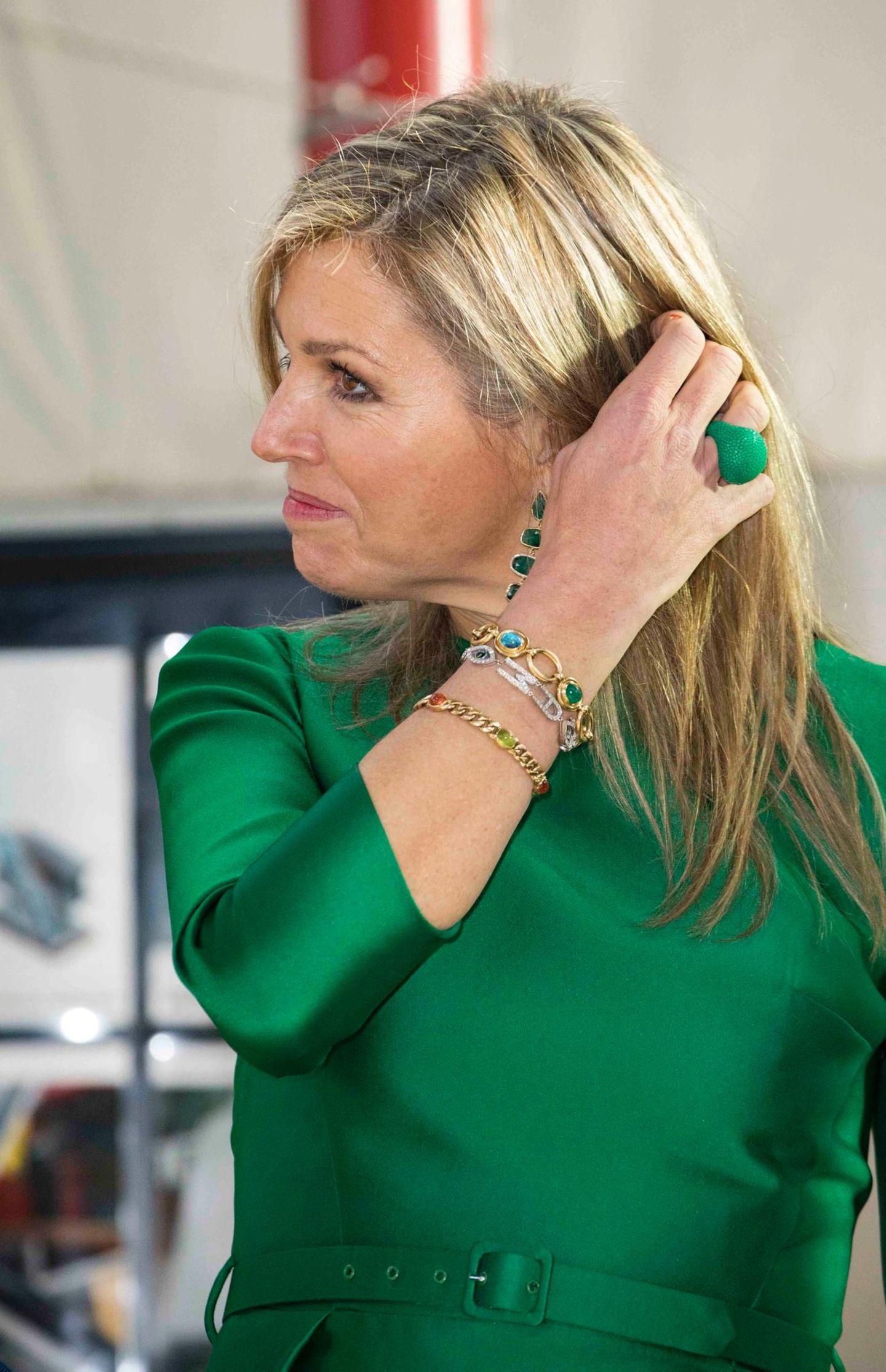 Man könnte meinen, Königin Máxima habe Ring, Armband und Kleid farblich aufeinander abgestimmt. Denn alles passt perfekt! Das Armband ist aber mehr als nur ein modisches Accessoire. Um seine Bedeutung zu erkennen, muss man der dreifachen Mutter nur sehr genau aufs Handgelenk schauen.