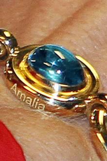 Denn die gefassten Steine des Armbandes tragen die Namen der drei Töchter, hier ist es Amalia.