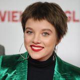 """Auf """"Fack Ju Göhte"""" folgen nicht nur viele weitere Rollen, sondern auch ein ganz neues Image. Die auffälligste Typveränderung legt Jella Haase im März 2018 hin. Mit einem brünetten Pixie-Cut kommt sie auf dem roten Teppich wie ein ganz anderer Mensch daher."""