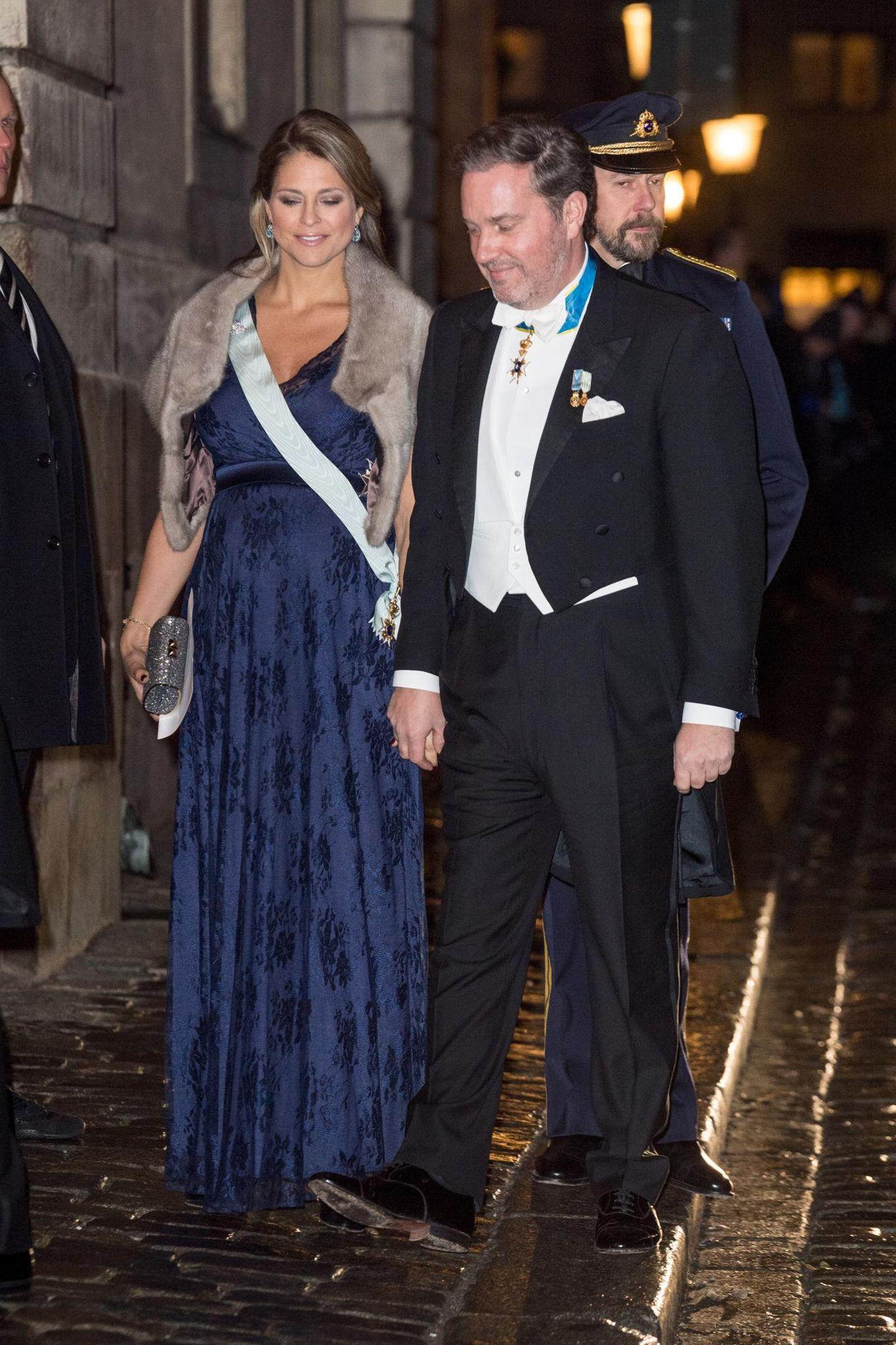 Im Dezember zeigt sich Prinzessin Madeleine in einer dunkelblauen Robe von Tiffany Rose für rund 280 Euro an der Seite ihres Mannes Chris O'Neill. Der Babydoll-Schnitt betont ihr wachsendes Bäuchlein perfekt. Darüber trägt die schwangere Prinzessin eine helle Fellstola. Rund drei Monate später erblickt dann ihr drittes Kind das Licht der Welt. Wir schauen zurück auf ihre schönsten Schwangerschaftslooks.