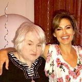 Anlässlich des Weltfrauentages am 8. März teilt Eva Mendes diesen Schnappschuss mit ihrer Mutter auf ihrem Instagram-Acccount.