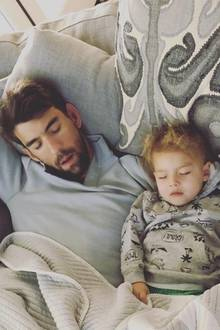 28. Februar 2018  Sind sie nicht goldig? Papa Michael macht mit Söhnchen Boomer ein kleines Nickerchen.