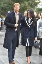 8. März 2018  Am Weltfrauentag begleitet Meghan Markle Prinz Harry zu einem Termin in Birmingham. Das Outfit des Pärchens ist farblich perfekt in einem dunklen Blau abgestimmt.