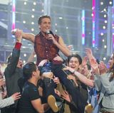 """Am 8. März 2003 gewinnt Alexander Klaws die erste Staffel von """"Deutschland sucht den Superstar"""". Er hat die Zuschauer - vor allem die weiblichen - von sich und seinem Song """"Take me tonight"""" überzeugen können."""