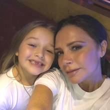 8. März 2018  Anlässlich des Weltfrauentages postet Victoria Beckham diesen süßen Schnappschuss von sich und der zahnlosen Harper Beckham.