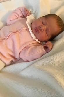 Auf dem ersten Foto, das von der neugeborenen Schweden-Prinzessin veröffentlicht wird, trägt der royale Spross ein niedliches Strick-Ensemble in hellen Tönen. Besonders niedlich ist daran der weiße Kragen, der sich wunderbar von dem Outfit absetzt.