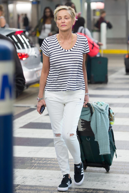 Sharon Stone verfolgt bei ihrem Look eine klare Linie. Naja, okay, sogar gleich mehrere. Die Schauspielerin setzt auf Streifen. Das fängt bei ihrem Shirt an und endet bei ihren Sneakern. Passend nur, dass sie so den Zebrastreifen überquert.