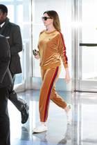 Anne Hathaway sieht man nur selten im Jogger. Wenn sie auf Reisen geht, macht sie allerdings eine Ausnahme und schlüpft für den Flieger in ein gemütliches Outfit. Stylisch bleibt sie im samtigen Kombi-Teil dennoch.