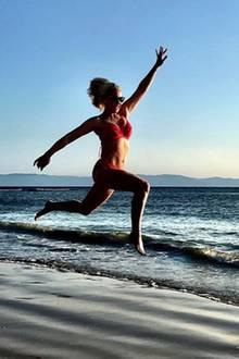 5. März 2018   Schauspielerin Katherine Heigl springt vor Glück in die Luft. Was sie so glücklich macht? Dieser wunderschöne Strand in Mexiko.