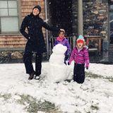 Emma Heming-Willis, Ehefrau von Hollywoodstar Bruce Willis, posiert mit ihren Kids Evelyn und Mabel vor ihrem gelungenen Schneemann.