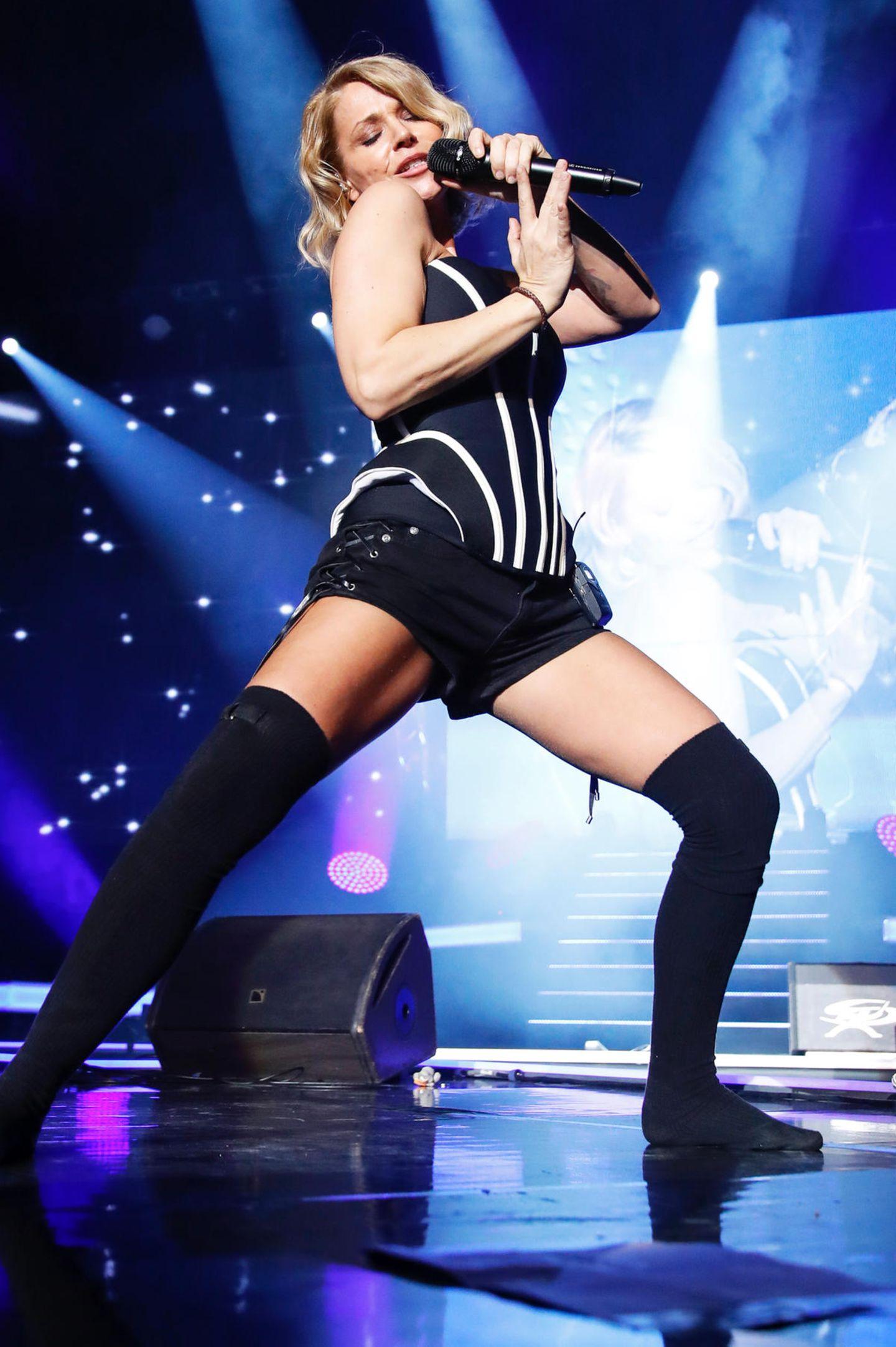 """Bei der """"Schlagernacht des Jahres"""" in Hamburg zeigt Sängerin Michelle dem Schlager-Nachwuch, was sie, als alter Hase im Business, zu bieten hat. In sexy Korsage, Hot-Pants und Overknee-Strümpfen rockt sie die Bühne und steht mit 46 Jahren ihren jungen Kolleginnen in Nichts nach."""