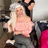 Echter Luxus: Daniela Katzenberger erledigt ihren Friseur-Besuch direkt zu Hause und lässt sich ihr Blond auffrischen.
