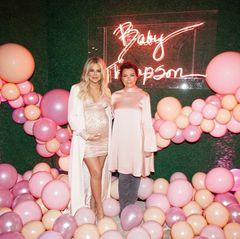 AuchKhloés Mutter Kris Jenner darf bei der gigantischen Baby-Party natürlich nicht fehlen. Passend zum Motto der Feier, erscheint Kris in einer pinken Satin-Tunika.