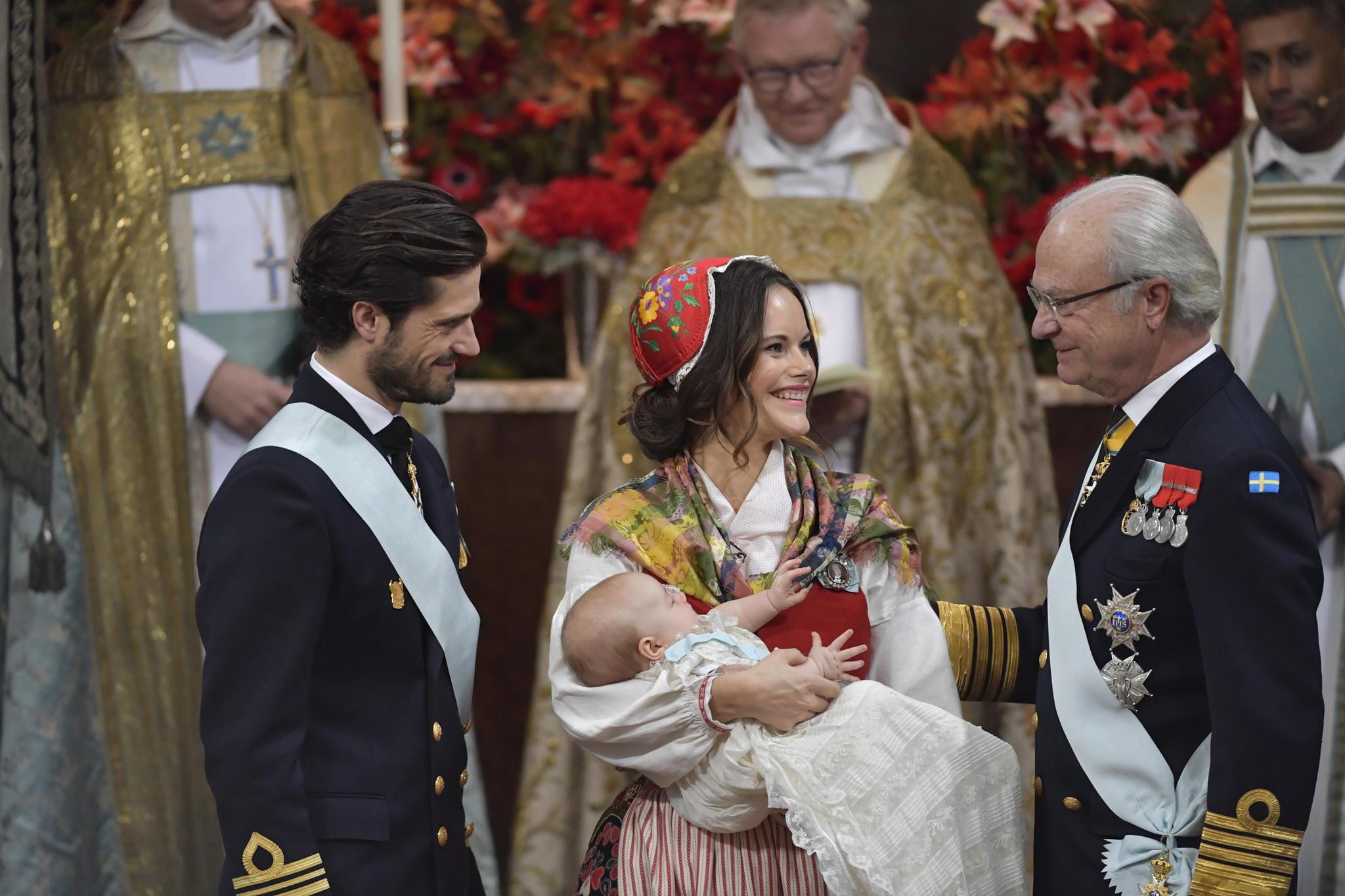 Der letzte royale Spross, der die Taufrobe trägt, ist Prinz Gabriel am 1. Dezember 2017. Seither befindet sich auch sein Name auf dem Überwurf, der seit 1935 zu dem Kleidchen gehört.