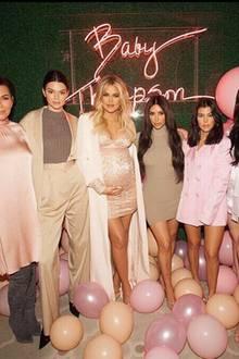 Bei so einem gigantischen Fest, darf der gesamte Kardashian-Clan natürlich nicht fehlen. Kris, Kendall, Kim, Kourtney sowie Kylie Jenner sind natürlich Gäste der Party. Alle haben sich in passenden Pastellfarben gekleidet.
