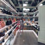 Nein, Kylie Jenner steht hier gerade nicht in einer Boutique für Luxus-Accessoires. Bei diesem verspiegelten Raum handelt es sich tatsächlich um ihren begehbaren Handtaschenschrank. Hier reiht sie ihre Birkin-Bags, Speedys und Almas auf, als würden diese nicht mal eben mehrere Tausend Euro kosten.