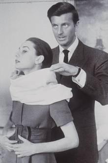 """10. März 2017: Hubert de Givenchy (91 Jahre)  Zwei Tage nach seinem Tod gibt die Familie von Hubert de Givenchy sein Ableben bekannt. Der Modeschöpfer war vor allem als Designer von Audrey Hepburn bekannt und entwarf ihre Kleider für weltberühmte Filme wie """"Frühstück bei Tiffany""""."""